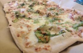 Pizza bianca, bufala e fiori di zucca